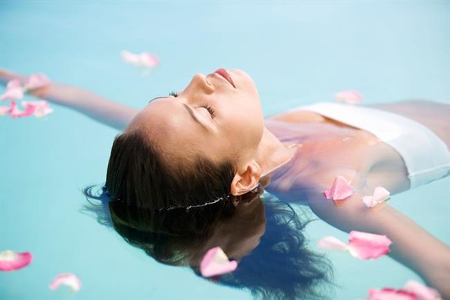 Klordan koruyun   Havuza girerken klordan koruyucu saç bakım spreylerinden kullanın. Klor, boyalı saçı çok çabuk bozar.