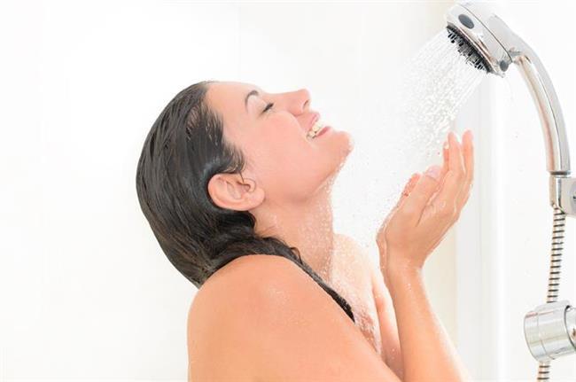 Her zaman şampuana gerek yok   Bazen şampuanı pas geçip, direkt saç kremi kullanabilirsiniz. Böylece saçlarınız yumuşak ve nemli kalır. Şampuan, kremden daha çok saç rengini alır. İçinde arındıcı ajanlar barındırdığı için...