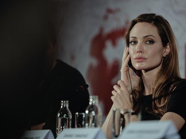 Angelina Jolie  Kendisi zaten ünlü aktör John Voight'un kızı. Hollywood yabancısı olduğu bir yer olmadı hiçbir zaman. Çok güzel bir kadın ve basit rollerin oyuncusu olarak başladığı kariyerinde hemen bir Oscar aldı ve ondan sonra da aldı yürüdü zaten. Hem iyi bir oyuncu hem de melek gibi bir kalbi var. Çocuklar için yaptıklarıyla bile dünyanın bütün yıldızlarını hakediyor Jolie.