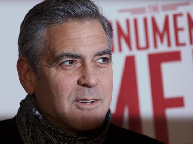 George Clooney  Onu ilk olarak E.R. dizisinde doktor olarak izledik. Sonra yavaş yavaş ünlenmeye başladı. Beyaz saçları ve çarpık gülüşüyle tüm kadınların gönlünü kazandı. Başta da buna yönelik roller oynuyordu zaten. Ama o da giderek daha saygın rollerin adamı oldu. 20 yıldan fazladır piyasanın en gözde aktörlerinden olan Clooney'in de hala yıldızı yok.