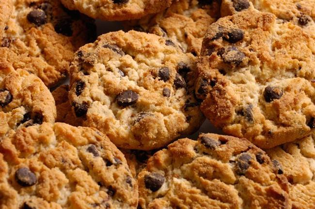 Damla Çikolatalı Bisküvi:  Bisküvi ve kurabiyeler çay saatinin vazgeçilmezleri. Damla çikolatalı bisküvilerden 8-9 adet yediğinizde aldığınız besin öğeleri şöyle: Enerji 240, kcal, şeker 11,5 gr, yağ 12,5 gr, trans yağ 0,057 mg, karbonhidrat 32 gr.