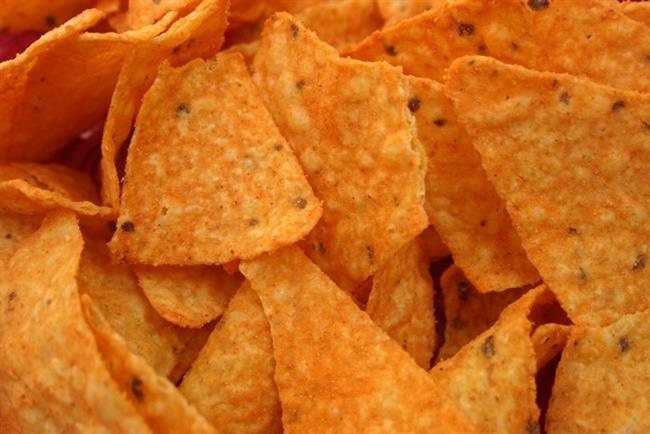 Baharatlı Mısır Cipsi:  Baharatlı mısır cipsi paketinin (177 gram) yarısını tükettiğinizde aşağı yukarı 425 kalori alıyorsunuz. En iyisi küçük bir kâseye doldurup yemek... 25 gramlık bir porsiyon tükettiğinizde aldığınız kalori 124 kcal, sodyum ise 157,5 mg.