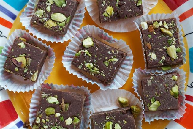 Antep Fıstılı Çikolata:  Çikolatada bir klasik haline dönüşen antep fıstıklı çikolatanın 40 gramlık en küçük boy paketi tam 226 kilo kalori enerji, 3,7 gram protein, 14,2 gram da yağ içeriyor. Bana sadece 'bir parçası' yeter diyorsanız alacağınız kalori sadece 45 kcal.