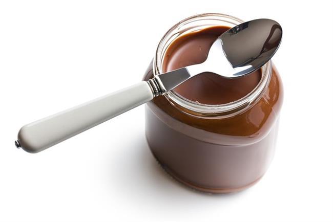Çikolatalı Fındık Ezmesi:  Özellikle kahvaltılarımızın vazgeçilmezi haline dönüşen çikolatalı fıstık ezmesinin 350 gramlık kavanozu toplam 1855 kcal içeriyor. Dolu dolu bir tatlı kaşığı Nutella yaklaşık 20 gram geliyor. Sadece bir kaşığında 106 kalori bulunuyor. Bunu bir dilim light ekmeğin üzerine sürüp yerseniz aldığınız toplam kalori 154 kcal. 100-200 kilo kalorilik bir ara öğün için kotanız doldu bile. Belki üzerine bir bardak su içebilirsiniz.   Bir tatlı kaşığı çikolatalı fındık ezmesinde bulunan diğer besin öğeleri ise yaklaşık olarak şöyle: 11 gram karbonhidrat, 1.30 gram protein, 6 gram yağ, 34 mg fosfor, 14 mg magnezyum.