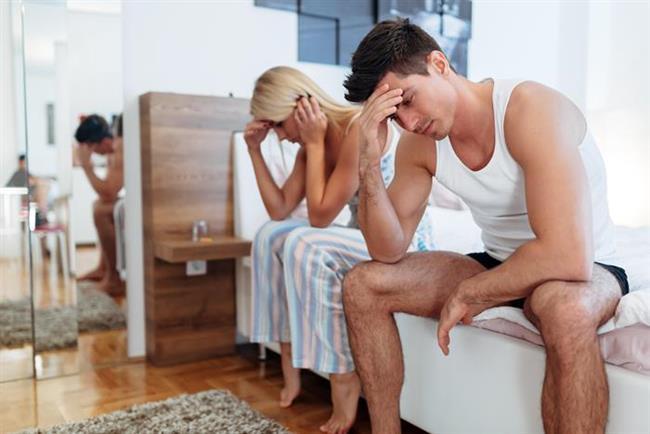 """Birbirinize yakınlık gösterin ama """"iş"""" icabı sadece yatakta değil yatak dışında da. Hissettiklerinizi, sıkıntılarınızı, özlemlerinizi paylaşın. Yatakta tek başınıza fantezi kurmak yerine birlikte fanteziler geliştirin. Böylece cinsel yaşamınız sıcaklığını """"9,5 hafta""""dan daha uzun süre koruyabilir. Ama sakın seksi """"Kim daha iyi sevişiyor?"""" gibi bir güç mücadelesi ve baskı aracı haline getirmeyin çünkü henüz seks olimpiyatları düzenlenmiyor!"""