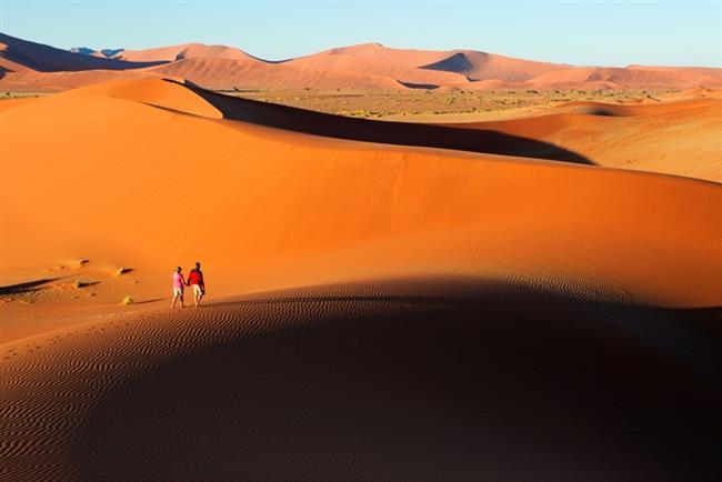Namibya   İnsanlık tarihine yolculuk   Afrika'da, taş devrine doğru bir yolculuk yapmaya ne dersiniz? Kalahari Çölü'nde, halen avcı-derleyici toplum aşamasında olan Kunglar, Namib Çölü'nün kuzeyinde yaşayan yarı çıplak göçebe halk Himbalar... Eğer gezi programınıza Afrika'nın bu uzak ülkesini alırsanız, vahşi hayvanlar arasında, dünyanın en ıssız ülkesinde yaşayan bu toplulukları görme olanağını bulabilirsiniz.