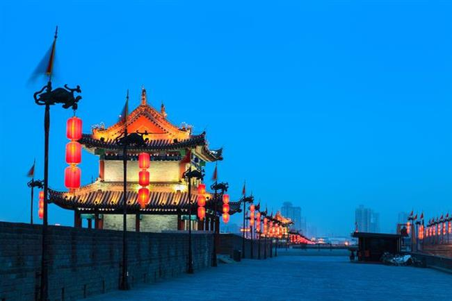 Şian   Çin mistisizmine açılan kapı   Çin İmparatorluğu'nun eski başkenti ve Çin mistisizminin kalbi olan kent ve yakınlarındaki efsanevi Terra Cota. Gerçek boyutlardaki binlerce topraktan asker ve atlarla birlikte gömülmüş imparatorlar... Kapitalizme ve modern dünyaya doğru yelken açmış Çin'in, geçmişteki ruhuna yapılacak yolculuk sanırım çok keyifli olacaktır.