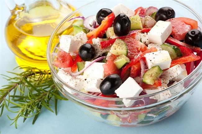 Akdeniz Salatası Tarifi  Malzemeler  Marul, reyhan, taze nane, roka, beyaz peynir, domates, taze soğan, salatalık, yeşil biber, isteğe göre mısır  Tarif  Tüm malzemeyi yıkayın ve süzgece alın. Salatalıkları alacağı soyun, domateslerle birlikte dilimleyin.Soğanları ve biberleri ince ince kıyın. Suyu süzülen marulu ve diğer yeşillikleri irice doğrayın.Beyaz peyniri küpler halinde doğrayın.Üzerine baharatlı zeytinyağı ve limon suyu gezdirerek servis yapın.