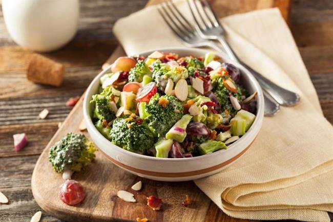 Brokoli Salatası Tarifi  Malzemeler  1 adet brokoli, 1 adet göbek marul, 1 kase kiraz domates.  Tarif  Brokoliyi kaynar suda 5 dakika kadar haşlayıp hemen süzün. Marulu irice doğrayıp haşlanmış brokoli ile birlikte salata kasesine aktarın. Kiraz domatesleri ekleyin. Peynirleri serpin. Servis sırasında sosunu ekleyip hemen servis yapın. Sos Malzemesi 1 diş sarımsak, 1 çay kaşığı köri, 1 çorba kaşığı fındık yağı, 2 çorba kaşığı zeytinyağı, 1 çorba kaşığı nar ekşisi. Sos Tarifi: Sos için zencefili havanda sarımsakla beraber ezin. Kalan tüm malzeme ile zencefilli karışımı karıştırın. Sosunuz hazırdır.