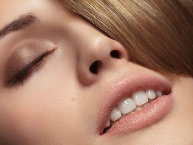 Dudaklarınızın kendi rengini vurgulayın! Güzel dudaklarınızı kireçle kaplar gibi ruja bulamak yerine dudaklarınızın dokusunu belirginleştirin.Dudak renginizin bir iki ton koyusu dudak parlatıcısı ya da lip tint kullanarak dudaklarınızda doğal ve çekici bir görünüm yaratın.