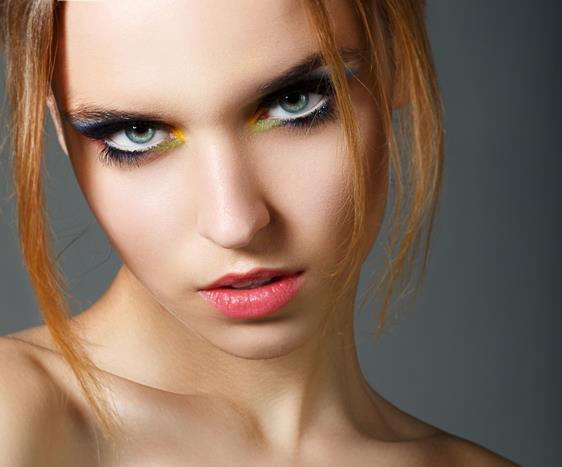 Neon renkleri kıyafetlerinizde kullanmaktan çekinmeseniz de yüzünüzde uygulamak için zamana ihtiyaç duyabilirsiniz. Bu nedenle neon renklerle makyaj yapmaya küçük adımlarla başlamalısınız.  Neon renkli bir eyelinerı gözünüzün alt ya da üst kirpiğine uygulayabilir ya da neon dudak parlatıcılarını tercih edebilirsiniz.