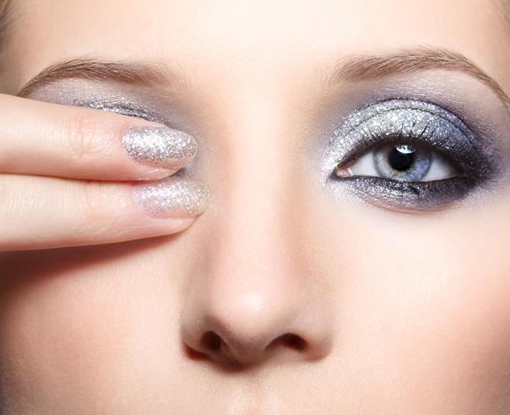 Makyajınızı zenginleştirmenin en güzel yollarından biri de göz makyajınıza parıltı eklemektir. Simli eyeliner kullanabilir ya da parmak uçlarınızla farınızın üzerine makyaj simi uygulayabilirsiniz.