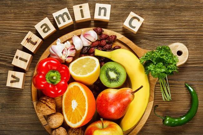Nasıl sağlarız?  C vitamini en çok portakal, greyfut, mandalina, limon gibi turunçgillerde bulunursa da, yaz aylarında bunları taze olarak bulmak mümkün olmayabiliyor. Bu aylarda taze çilek, kavun, karpuz, maydanoz ve yeşilbiber gibi besinlerden alınabiliyor.
