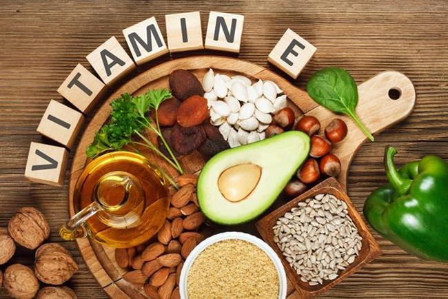 Nasıl sağlarız?  E vitamini başta ay çekirdeği, fındık ve badem olmak üzere birçok kuru yemişte, yeşil zeytin, zeytinyağı gibi bitkisel yağlarda, ayrıca kuşkonmaz, soya fasulyesi ve kırmızıbiberde bol miktarda bulunuyor.