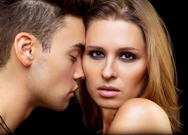 Bir erkeğin kafasının içine girip seks sırasında ne hissettiğini anlayabilmek istemez miydiniz? Bu yalnızca sizin durmadan tırmanan merakınızı gidermekle kalmaz aynı zamanda zevk diyarında gezinirken açtığı her haz kapısının ardında daha da büyük bir zevk pınarı bulmasına yardımcı olmanızı sağlar. Ona böyle tırmanan bir zevk verebilmek, onu delirtmek için kullanabileceğiniz en kestirme yoldur. Bunu erkeğinizi inanılmaz biçimde mutlu etmek için kullanabileceğiniz çift etkili yol olarak düşünün!