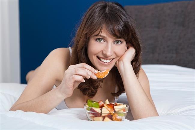 • Yiyecekleri Gruplandırın: Bir öğünde birbiriyle etkileşime girmeyen yiyecekleri tüketin. Örneğin et ve balıkla beraber meyve yerseniz şişkinlik yapar. Tek başına meyve ise gaz yapmaz.