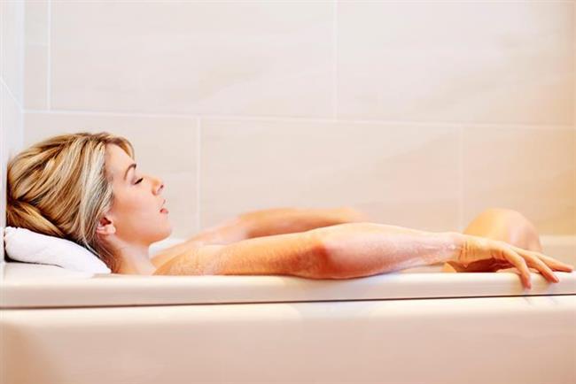 YATMADAN ÖNCE ZAYIFLATAN BANYO   Tuzlu su ile küveti doldurmak ve banyo yapmak birçok modelin kullandığı bir yöntemdir. Haftada 2-3 defa böyle banyo yapmak toksinleri atmaya yardımcı olabilir.   Kaynak: Hürriyet