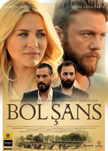 Bol Şans  Deniz (Selim Gülgören) İstanbul'da bir arkadaşının barında şarkı söyleyerek geçinmekte, halinden memnun bir hayat sürdürmektedir. Bu hayat, babasının ani ölümüyle bambaşka bir seyre girer. Babasının cenaze işleri için doğduğu köye gider. Aslında çok uzun kalmaya niyeti yoktur, ancak köyde karşılaştığı Buse'den (Burçin Abdullah) çok hoşlanır. Üstelik köyde açık hava sineması işleten babasının ölümünün şüpheli tarafları vardır, bu nedenle sinemayı satın almaya karar verir. Ancak bu durum Deniz'i, Buse'den hoşlanan bir başka kişi, köyün kabadayısı Ümit ve belediye başkanıyla karşı karşıya getirecektir.