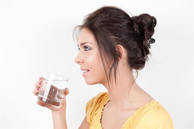 Sıcaklarda nasıl besleneceğiz?  - Her gün en az 2-2,5lt (10-12 bardak) su için  - Kafein, alkol ve fazla şeker içeren içecekleri azaltın  - Yağlı ,salçalı,soslu yiyeceklerden ve/veya kızartma gıdaları yemeyin. Haşlama, ızgara gibi daha sağlıklı yöntemleri tercih edin.