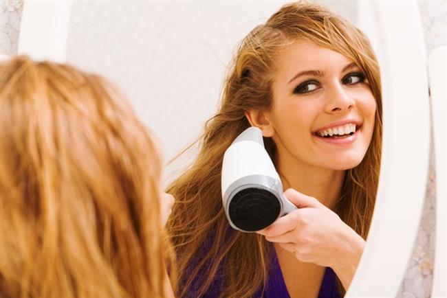 """""""Yazın kulak içinin nemli kalmaması çok önemli. Ancak bu amaçla kullanılan pamuklu çubuklar dış kulak kanalını tahriş edebiliyor ve iltihaba neden olabiliyor. Bu nedenle kulakların nemi ve kiri, normal bir parça pamuk ile dıştan alınabilir. Havuz, deniz ya da sık duş sonrası nemi önlemek içinse, kulaklar en az 30 santim uzaktan ve düşük ısıda ayarlanmış bir saç kurutma makinesi ile kurutulabilir.   Temizlik sırasında pamuklu çubuk, kağıt peçete gibi ürünler kullanmak sağlıklı olmadığı gibi, kulağı tahriş ettiği ve florayı bozduğu için yine dış kulak yolu iltihabına neden olabiliyor. Ayrıca deniz, havuz ya da duş sonrasında kulak kanalındaki kirin şişmesi ve geçici olarak işitme kaybına neden olması sonucu oluşan rahatsızlık kişinin kulağını açmaya çalışmasına, damlalar damlatmasına veya yabancı cisim sokmasına neden olabiliyor. Ancak bu çabalar rahatsızlığı geçirmediği gibi dış kulağın iltihaplanmasına hatta zarın delinmesine bile yol açabiliyor."""""""