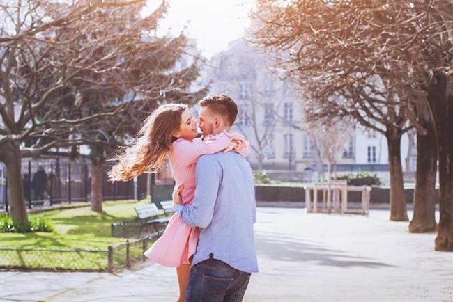 İlişkiniz bir yıllıksa  Tebrikler! İlişkinin en riskli dönemini, en virajlı parkurunu sağ salim geçtiniz. Artık, birbirinizi ve hayattan ne isteyip istemediğinizi iyice biliyorsunuz. Ardınızda, birçok acı tatlı hatıra da var ama bu sefer de sizi başka bir sorun bekliyor: Birbirinizi etkilemeye çalışmıyorsunuz. Bu dönemde yapmanız gereken, her iki tarafın da aslında çantada keklik olmadığını anlamak.