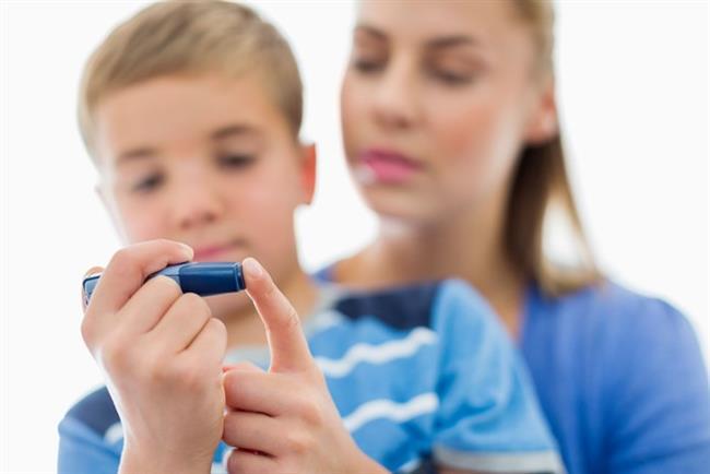 Tip 2 diyabet çocuklarda bile görülüyor  Ülkemizde dünyadan daha hızlı artış gösteren tip 2 diyabete aşırı kilo alımı zemin hazırlıyor. IDF Diyabet Atlası verilerine göre her 11 yetişkinden 1'i diyabetli ve her 6 saniyede 1 kişi diyabet hastalığından hayatını kaybediyor. Sağlıksız modern yaşam koşullarının toplumda yaygınlaşması ile artık çok genç yaşlara hatta çocukluk çağına bile inen tip 2 diyabet buna karşın önlenebilir bir hastalık. Sağlıklı yaşam tarzı yani düzenli beslenme ve egzersiz ile birlikte ilaç tedavisiyle de büyük oranda geciktirilebiliyor.   Diyabet tedavisinde kan şekeri kontrolünü sağlayarak oluşabilecek komplikasyonları önlemek veya geciktirmek; böylece yaşam kalitesini artırmak hedefleniyor. Kan şekerini dengede tutmak için bazı besinler fayda sağlarken, bazılarından uzak durmak gerekiyor. İşte diyabette fayda sağlayan besinler…