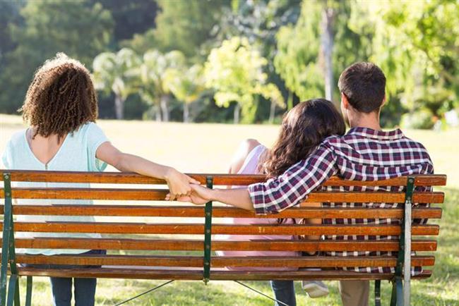 26- Yakın çevrenizden sürekli ilişkiniz hakkında uyarı alıyor musunuz? Sizdeki değişim en iyi dışardan bakan objektif gözler tarafından görülür.   27- Sizin artık kendisiyle ilgili sorular sormanıza tahammülü kalmaz. Neredesin sorusu onu bir anda sinirlendirmeye yeterli olur.   28- Sabah uyandığında kimin yanında olduğunu anlamak için bir süre etrafına bakar.   29- Ev içinde kapıları kapalı tutmaya başlar. Özellikle bilgisayar başındayken rahatsız edilmek istemez.   30- Her zaman hislerinize güvenin. Paranoyak olmanız aldatılmadığınız anlamına gelmez...