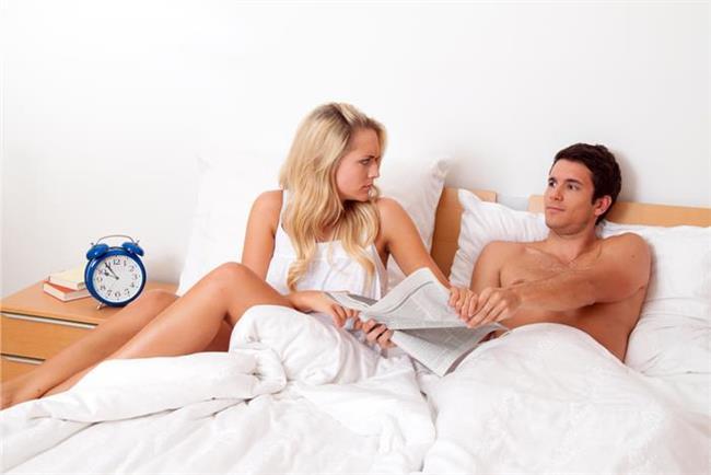 21- Birden bire kişisel uğraşlara vakit ayırmaya başlar. Kitap okur, film izler.   22- Aranıza yatak odanızda da mesafe koyar ve bunun için bahaneler sıralar.   23- Yaptığı şakalar sizi güldürmekten çok kırmaya başlayabilir, eski hoş sohbet tavrı kalmaz.   24- Çiftlerin yapışık ikizler olmadığını öne sürerek kendi özel sınırlarını korumak adı altında sizden uzaklaşır.   25- Rüyasında başka isimler sayıklayabilir.