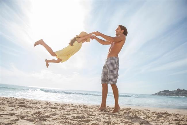 Koç (21 Mart - 20 Nisan)  Koçlar hükmetme huyu sayesinde ileriki yaşlarında çocuklarının hayatına çok müdahale etseler de sıcak ve eğlendirici babalardır. Çocuklarıyla arkadaş gibi gezip tozmayı, eğlenmeyi sever. Bebeğiniz için isteyebileceğiniz müşfik, gururlu, sıcak baba koçtur.