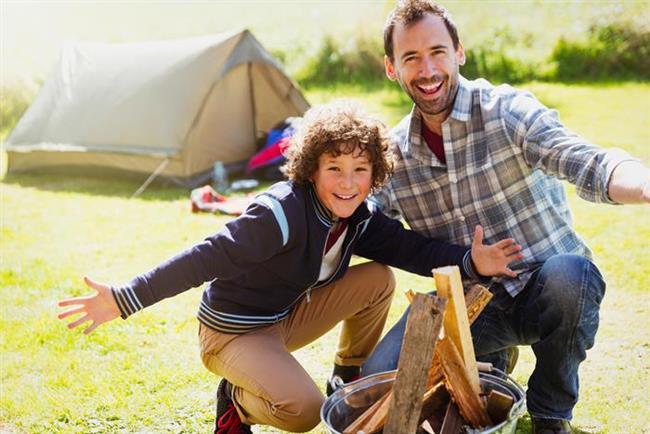 Akrep (23 Ekim-22 Kasım)  Sert bir baba, tembelliği affetmez. Çocuklar sahip olduklarının değerini bilmek zorunda. Otoriter olması çocukları tarafından hoş karşılanmasa da o çocuklarını düşündüğü için böyle davranmaktadır. Çocukları kendi ayakları üzerinde durmayı öğreneceklerdir. Nazik, müşfik ve komik olabilir ama emredici tavırlarından vazgeçmez. Eğer duygusal çocukları varsa onlar için kırıcı olabilecek bu durum çocukların içe kapanmalarına ve psikolojik sorunları olmasına sebep olabilir. Ona usulünce çocukların durumu anlatılmalı ve hareketlerinde daha yumuşak olması istenmeli.