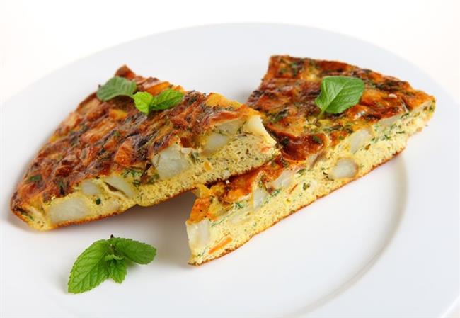İspanyol omleti (tortilla paısana) tarifi malzemeler:  4-5 adet orta boy patates  2 adet orta boy kuru soğan  100 gr yeşil fasulye  2 adet soyulmuş sosis  5-6 dilim jambon  4-5 yemek kaşığı sızma zeytinyağı  1 çay kaşığı tuz  6-7 adet yumurta   İspanyol omleti (tortilla paısana) tarifi hazırlanışı:  Patates ve soğanları soyduktan sonra tavla zarı formunda küp küp doğrayın.20-25 cm çapındaki bir tavaya zeytinyağını koyarak kızdırın, kızınca soğan ve patatesleri ekleyip, karıştırarak kızartın. Bir taraftan ayıklanmış ve bir parmak eninde doğranmış yeşil fasulyelerle bezelyeleri kaynayan suyun içinde 8-10 dakika haşlayıp, süzdürün.  Bu arada tavada kızarıp, iyice yumuşayan patates ve soğan karışımının üzerine tavla zarı doğranmış sosis ve jambonları ilave edip, 1-2 dakika kadar soteleyin. Haşlanan fasulye ve bezelyeleri üzerine aktarın. Bir taraftan da derin bir tasın içinde yumurtaları iyice çırpın, tuzu da ekleyip, tavadaki karışımın üzerine aktarın. Omletin iyice toparlanmaya başlamasıyla beraber, bir tepsi ya da kapak yardımıyla diğer yüzünü çevirip, her iki tarafını da kızartın.