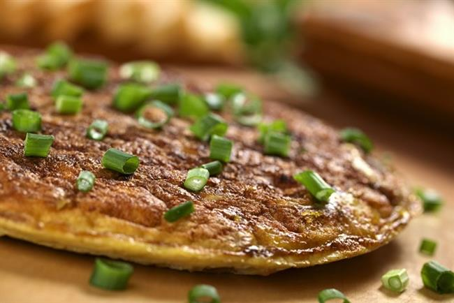 Soğanlı omlet tarifi malzemeler:   5 adet orta boy soğan  3 yemek kaşığı sızma zeytinyağı  10-12 dilim jambon  1 çay kaşığı tuz  8 adet yumurta   Soğanlı omlet tarifi hazırlanışı:  Önce soğanları çok incecik kıyın ve 20-25 cm çapındaki bir tavaya zeytinyağını koyup, ateşin üzerine oturtun. Sürekli karıştırarak soğanların rengi iyice sararıncaya kadar kavurun. Sonra jambonları ekleyip, 1 dakika kadar soteleyin. Hemen üzerine bir kabın içinde önceden çırpılmış yumurtaları ve tuzu aktarın. Omlet iyice toparlanıp, pişince, diğer yüzünü bir kapakla çevirip, kızartın. İki yüzünü de iyice kızarttığınız omleti sıcak olarak servise sunun.