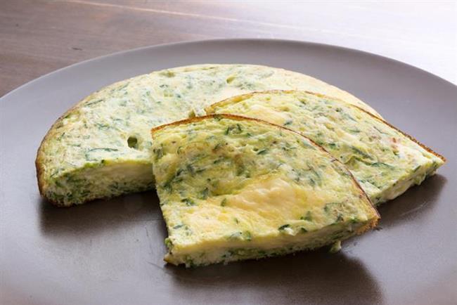 Peynirli omlet tarifi malzemeler:   1 adet yumurta  1 çay kaşığı tereyağı  1 yemek kaşığı kaşar peyniri rendesi   Peynirli omlet tarifi hazırlanışı:  1 adet yumurtayı iyice çırpın. Tereyağını küçük bir tavada eritin. Çırpılmış yumurtayı tavaya dökün ve üzerine kaşar rendesini serpin. Altı tamamen kızarınca omleti ters-yüz edin. Diğer tarafı da kızarınca tabağa alarak, sıcak servis yapın. Dilerseniz pişerken kıyılmış maydanoz da ekleyebilirsiniz.