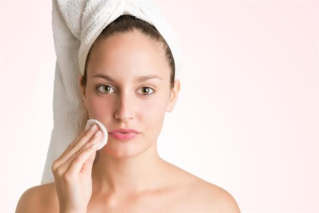 Cilt tipine uygun olarak kullanılan ve hafif ama etkin arındırma sağlayan arındırıcı losyonlar, cildi ölü hücrelerden arındırarak gözenekleri daraltmaya, yaşlanmaya bağlı lekelerin ve çizgilerin görünümünü azaltmaya yardımcı oluyor ve cildin kendini yenileme fonksiyonunu destekliyor. Bu şekilde cildin daha genç ve pürüzsüz bir görünüme kavuşması mümkün oluyor.