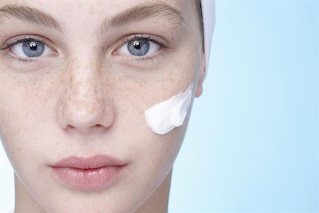 Cilt çok fazla nem ve yağ kaybederse nemsizleşiyor ve gücünü yitiriyor. Çok fazla sebum salgısı oluşursa da yağlı ve lekeli bir görünüme bürünebiliyor.  Farklı cilt tiplerine uygun formüllerdeki nemlendirici losyonlar, cildin nem ihtiyacını en sağlıklı şekilde karşılama imkanı veriyor. Düzenli kullanıldığında losyonlar özel formülleriyle cildin nem ve yağ dengesini yeniden yapılandırıyor, cildi rahatlatıyor ve sağlıklı bir görünüm sağlıyor.