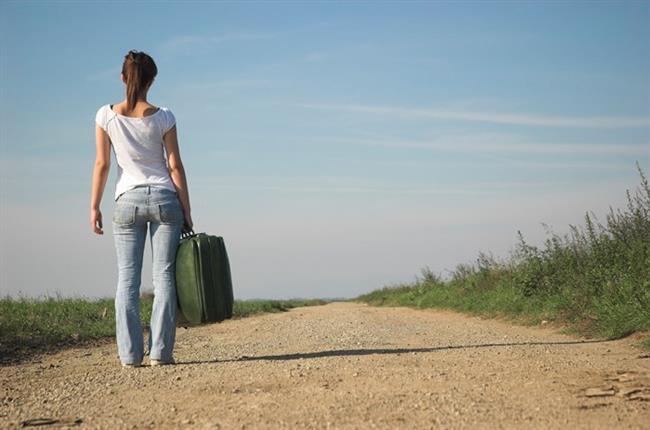 2. Valizleri hatalı taşımak  Tatil hazırlığı denilince akla ilk olarak valizler geliyor. Ancak valizlerin çok ağır olmaları ve valizleri taşırken dikkatli olunmaması bel fıtığı gibi bel hastalıklarına neden olabiliyor. Bel sağlığınız için eşyaları gerekirse daha çok valizle, fakat uygun kilolarda hazırlamanız ve taşırken belinize fazla yük bindirmemeniz çok önemli. Bel sağlığınız için dört tekerli ve sürüklenebilir valizlerden faydalanabilirsiniz.