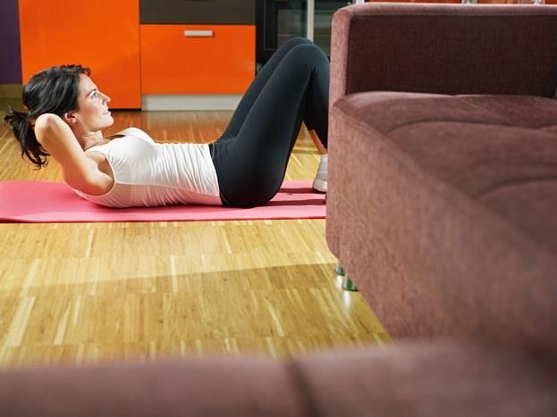 8. Bilinçsizce spor yapmak  Yaz mevsimini fit geçirmek hemen herkesin hayali.  Gerek spor salonları, gerekse açık mekanlar ve tatil yöreleri spor yapanlarla dolup taşıyor. Ancak ısınma egzersizi yapmadan vücudun gereğinden fazla zorlanması ve düzensiz yapılan egzersizler omurgalar arasındaki disklerin omuriliğe baskı yapmasına ve kas spazmına, bunun sonucunda da bel ağrılarına ve ilerleyerek bel fıtığına yol açabiliyor. Sağlıklı beslenmek, ısınma hareketlerini ihmal etmemek, egzersizlerin düzenli ve sürekli yapılması hem sakatlanmaları önlüyor, hem de bel ağrısı ile kas spazmı ve bel fıtığı oluşma riskini azaltıyor.