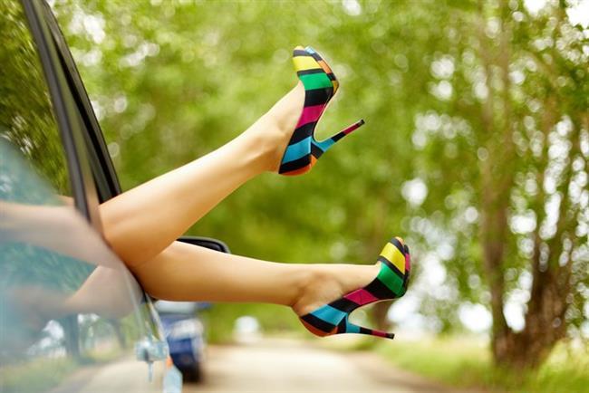 1. Kır düğününde topuklu ayakkabı giymek  Yazın açık havada yapılan düğünlerin sayısı artıyor. Özellikle de kır düğünlerinin. Ancak yüksek topuklu ayakkabılar çim ve engebeli zeminler nedeniyle tuzaklar içeriyor; düşme ve bel yaralanmaları riski artırıyor. Bel sağlığınız için düz olmayan yüzeylere uygun ayakkabı seçmeyi ihmal etmeyin.  Ayrıca partilerde de yüksek topuklu ayakkabı giymeniz gerekiyorsa kısa süreli kullanın.  Yüksek topuklu ayakkabıyı uzun süre giymeniz gerekiyorsa platform topuklu olanlarını tercih edin.