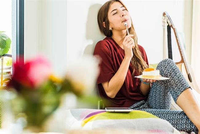 """7. Sürekli yatmak ve fazla yemek yemek  """"Tatilde sürekli yatmak, dinlenmek ve fazla yemek yemek de bel sağlığını tehdit ediyor. Çünkü kaslarda tembellik ve kilo artışı postür bozukluklarına yol açarak, omurgaya binen yükleri artırarak bel problemlerine neden olabiliyor.""""  uyarısında bulunan Ortopedi ve Travmatoloji Uzmanı Doç. Dr. Mehmet Uğur Özbaydar şu öneride bulunuyor: """" Tatillerde egzersiz yapmak ve kilo almamaya dikkat etmek olası bel problemleri riskini azaltıyor."""""""
