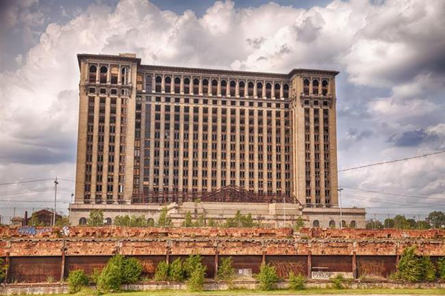 6. Michigan Merkez İstasyonu, Detroit   Nasıl terk edildi?  1913 yılında ABD'nin Orta Batı bölgesindeki ana demiryolu geçidi olması için inşa edilen bina, daha sonra Detroit ekonomisinin düşüşe geçmesiyle işlevsiz kaldı. 1980'li yılların sonuna doğru istasyondan ayrılan son trenden sonra bina terk edildi ve bugün sadece Hollywood filmlerinde (Transformers, Four Brothers) set olarak kullanılıyor.   Ziyaret edebilir miyiz?  Özel izinler alarak sınırlı bir ziyaret yapmak mümkün.   Ne kadar ıssız?  Arabayla yanından geçebilirsiniz.