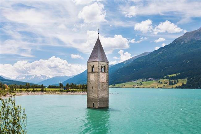 7. Reschen Gölü, İtalya   Nasıl terk edildi? Özellikle, yarısı hala suyun üzerinde duran çan kulesi ile tanınan Reschen, 1939 yılında kasabanın iki yanındaki gölleri birleştirmek üzere başlatılan bir proje sonucu 1950 yılında tamamen sulara gömüldü. Kasabaya ait 163 ev ve 523 hektar arazi halen sular altında.   Ziyaret edebilir miyiz? Gölün donduğu dönemlerde üzerinde yürümek ve çan kulesinin yanına ulaşmak mümkün.   Ne kadar ıssız?  Kasaba bir gölün dibinde ve ciddi anlamda ıssız.