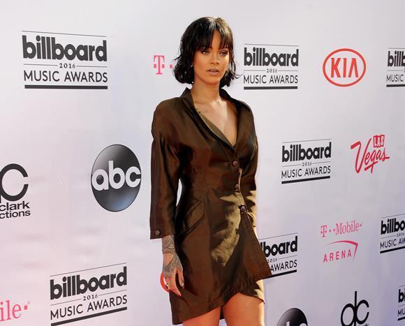 Rihanna ve Megan Fox gibi ünlülerin antrenörü Harley Pasternak, onlara form tutmalarını kolaylaştıran üç smoothie (donmuş veya taze meyvelerin birbirine karıştırılıp içlerine buz, dondurma, süt veya yoğurdun eklenmesiyle hazırlanan koyu kıvamlı bir içecek) almalarını tavsiye ediyor. Bu içecekler şişkinliği önlüyor ve metabolizmayı hızlandırıyor.   İşte yıldızların smoothie ile form tutma sırrını açıklıyoruz...