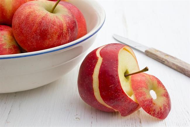 Kurutulmuş elma kabuklarının çayını demlemek bir sonbahar günü yapılabilecek en mantıklı ve şık hareket olacağı gibi, alüminyum tencere ve tavalardaki lekeleri de temizlemenize de yardımcı olur. Yüze sürülen kabuklar serisinde de kendine yer edinen elma kabukları, göz çevresindeki koyu renkleri gidermeye yardımcı oluyor.