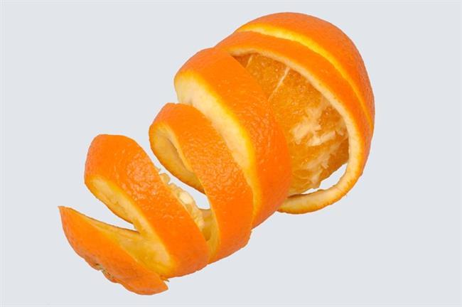 Portakal ve genel olarak narenciye kabukları, kötü kokulardan kurtulmada, asidik etkisinden dolayı ciltte ferahlatıcı bir his yaratmada, böcekler narenciye kokusundan nefret ettiği için sivrisineklerden kurtulmada inanılmaz etkili. Rutubetli bir evde yaşıyorsanız ya da giysilerinizde güvelenme oluyorsa, naftalin yerine poşetlenmiş portakal kabuğu kullanarak bu sorundan kolayca kurtulabilirsiniz.