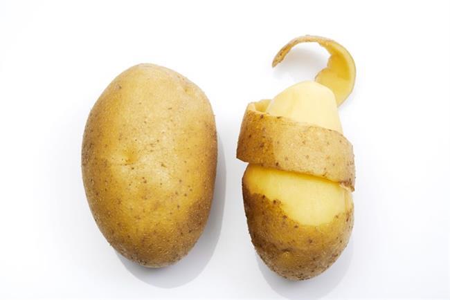 Patates kabuğu gözaltı torbalarını indirmede etkili olduğu gibi, patates kabuklarını güzelce yıkadıktan sonra biraz yağ ve limon suyuyla ovup fırına attığınızda süper kolay patates cipsleri yapabildiğinizi göreceksiniz.