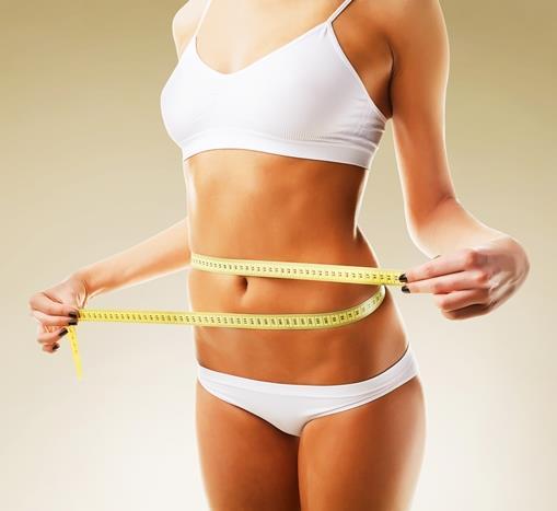 Yiyerek kilo vermek mi? Kulağa çok güzel geldiği doğru. Son zamanlarda yapılan araştırmalar bunu destekler şekilde bazı besinlerin vücutta yağ yakıcı etkiye sahip olabileceğini gösteriyor.   Termojenik etkiye sahip bazı besinler, vücut ısısını böylece de metabolizma hızını artırarak , daha fazla yağ hücresinin metabolize olmasına ve çok daha fazla kalori yakımına neden oluyor.   Maalesef kilo vermek için ''sihirli bir yöntem'' yoktur, ancak tükettiğiniz bazı besinler yağ yakımına diğer besinlere göre daha fazla etki ederek bu hayaliniz için size yardımcı olabilir. Zayıflamak isterken, yanlış yöntemlerle vücudunuzu fonksiyonlarını yerine getirebilmesi için gerekli besinlerden yoksun bırakmak sağlıklı bir çözüm değildir. Böyle besin ögelerinin eksik olduğu durumlarda vücut verimli çalışması için gerekenleri alamaz ve metabolizma yavaşlar.   Eğer diyetinizde tükettiğiniz besinlere, yeterli fiziksel aktivite yapmaya, yeterli süre uyumaya, yeterli su tüketimine ve tükettiğiniz porsiyon miktarlarına iyi dikkat ederseniz kilo vermemeniz için hiçbir neden yoktur. Bunları hep aklımızın bir kenarında tutarak, burada daha verimli yağ kaybına yardımcı olabileceği araştırmalar tarafından gösterilmiş 10 potansiyel besini inceleyeceğiz...  Beslenme ve Diyet Uzmanı MERVE TIĞLI