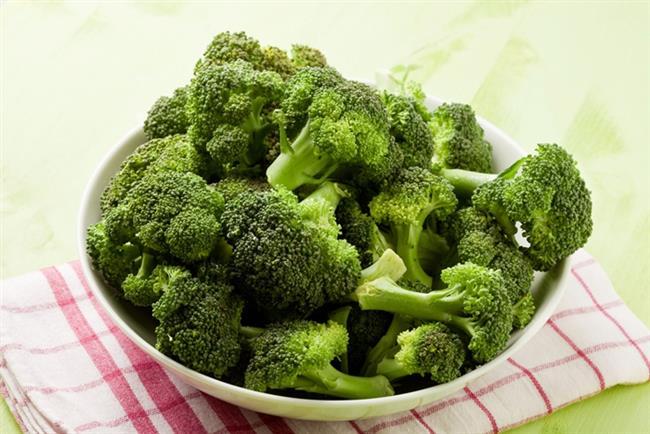 9)BROKOLİ   Eminim ki, hepimiz brokolinin ne kadar sağlıklı bir besin olduğunu biliyoruz. Ancak bu yeşil sebze fitokimyasal bir besin ögesi olan sülforafan içeriği sayesinde aynı zamanda yağ hücrelerinin yakımına da yardımcı oluyor.