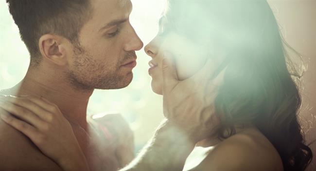 CİNSEL ORGANLARDA HASTALIK OLUŞUMUNU ÖNLER   Seks sırasında pelvis bölgesinde kan dolaşımının artması rahim, tüpler ve yumurtalıklar gibi pek çok cinsel organın sağlıklı olmasına katkı sağlar. Düzenli seksin cinsel organlarda hastalıklarının oluşmasını önlemede olumlu etkisi vardır. Araştırmalar seksin özellikle erkeklerde prostat kanseri riskini düşürdüğünü göstermektedir.