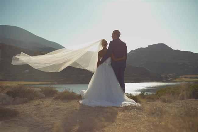 """Evlilik   Genelde : İki insan arasındaki kutsal ve yasal bağ.   Sizin için artık : Kankilerinizin sizi yermek için üzerinize yapıştırıp kullandığı """"evli bunlar la"""" tabiri."""