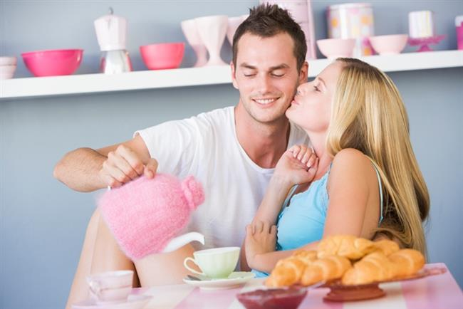Flört etmek   Genelde : Çekici bulduğunuz birine iş atıp, yol yapmak.   Sizin için artık : Sevgiliniz bulaşıkları yıkasın diye cilveleşmek.